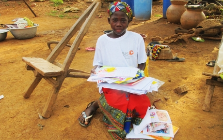 Djumansi med en stor bunke postkort og små gaver  Foto: Dabire Akpieritiza