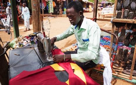 Adengs største ønske bliver opfyldt. Hun får syet en skoleuniform her på markedet i Aweil - foto: William Vest-Lillesøe