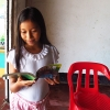 Thaliana læser i LæseRaketten om Colombia. Det er sjovt at læse om sig selv i en bog. Foto: Laura Victoria Gomez Correa