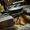 Thalianas mor laver mad over et lille bålsted i køkkenet. – Foto: Andreas Beck