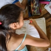 Thaliana kan godt lide at skrive. Hun øver sig meget – også når hun kommer hjem fra skole. Hun er grundig. Bogstaverne skal være flotte. – Foto: Andreas Beck