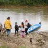 Der er mudret, når man skal ned til båden. Derfor har Thaliana og de tre drenge næsten altid gummestøvler på i skole. – Foto: Andreas Beck
