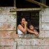 Thaliana og hendes mor holder øje fra vinduet i køkkenet. De venter på, at Thalianas far kommer hjem, så de kan spise frokost. – Foto: Andreas Beck