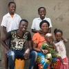 Her står Businge sammen med sin mor, lillesøster, nevø og to af sine ældre søskende. - Foto: Emmanuel Museruka