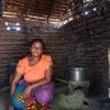 Det er Businges mor, der laver mad. Her sidder hun ved familiens køkken-hytte. - Foto: Heidi Brehm