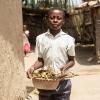 Businge må hjælpe til derhjemme. Han fejer gårdspladsen og går ud med skrald. - Foto: Emmanuel Museruka