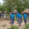 Esther går og snakker med sine veninder på vej hjem fra skole. Om lidt kalder pligterne. Hun skal bade sine søskende og hjælpe sin tante med at lave mad. - Foto: Emmanual Museruka