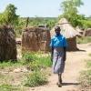 Klokken 7 om morgenen går Esther mod skolen. Hun har timer fra klokken 7.30-16.00.- Foto: Emmanual Museruka