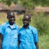 Her står Esther sammen med sin veninde Teresa. Teresa kommer fra samme landsby i Sydsudan som Esther. Hun er ligesom Esther flygtet alene. - Foto: Emmanual Museruka