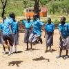 Esther kan bedst lide at sjippe. Pigerne synger og siger remser, mens de hopper i buen. - Foto: Emmanual Museruka