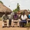 Her sidder Innocent sammen med sin mor, far og en tante, der også bor i Palabek. Hans forældre har det svært efter flugten. Det et svært for dem, at have forladt deres land, og det er svært at se mulighederne i fremtiden. - Foto: Emmanual Museruka