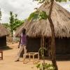 Innocent har bygget familiens tre hytter. I hans kultur bygger og flytter drenge i deres egen hytte, når de fylder 13 år. Det er en del af processen mod at blive voksen. - Foto: Emmanual Museruka