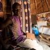 Her sidder Innocent i sin hytte. Han har hængt plakater på væggen. Han kan godt lige at gøre det hyggeligt. - Foto: Emmanual Museruka