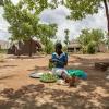 Innocents mor og tante laver mad til familien. Ofte sidder de ude under åben himmel og spiser. - Foto: Heidi Brehm