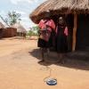 Joshua lægger den lille solcelle ud i solen. Der er ikke elektricitet i landsbyen. Solen går ned klokken syv om aftenen, så han har brug for lampen, når han skal lave lektier. - Foto: Heidi Brehm