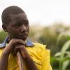 Nyirambere er ofte med i marken. Når familien skal så og høste, må hun blive hjemme fra skole og hjælpe til. -Foto: Emmanuel Museruka
