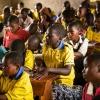 De er mange elever i Nyiramberes klasse. De må sidde tæt på bænkene, hvis alle skal kunne være der. - Foto: Emmanuel Museruka