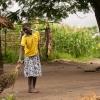 Inden Nyirambere skal i marken, fejer hun gårdspladsen. - Foto: Emmanuel Museruka