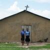Hver søndag tager Prellah i kirke. Hun synger og spiller trommer til gudstjenesten. I hendes bønner beder hun til, at hendes søskende klarer sig godt. Hun håber, at de alle en dag bliver samlet som familie igen. - Foto: Emmanuel Museruka