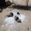 Alt mad bliver  lavet over bål. Gryderne står på sten rundt om bålet. Man skal være forsigtig, når man rører i gryderne. - Foto: Heidi Brehm