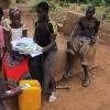 De andre børn var meget interesseret i både bøger og postkort Foto: Dabire Akpieritiza