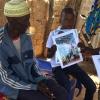 Teïdo og hans far kigger på fotos  Foto: Sanou Saidou