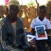 Teïdo har fået en kopi af LæseRakettens historier på fransk  Foto: Sanou Saido