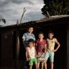 Elkin står foran huset i Macarena sammen med  søsterens dreng, Carlos Andrés, og sine to fætre, som Elkin elsker at lege med. – Foto: Andreas Beck