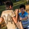 Når Elkin har fri fra skole, skal han lave lektier. Herefter kan han lege med sine venner. Her går han på stylter sammen med sin fætter, der også hedder Elkin. – Foto: Andreas Beck