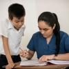 Elkins lærer er god til hjælpe, når der er noget, han ikke helt forstår. – Foto: Andreas Beck