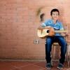 En gang om ugen spiller Elkin guitar. Det er svært. Men det er sjovt at lære noget nyt. – Foto: Andreas Beck