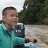 Her er Elkin på vej hjem på weekend. Han får lov at styre båden. Det er Elkins far, der har lært ham at sejle. – Foto: Heidi Brehm