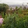 Skolen ligger med udsigt ud over Bogota. Her står Julian og hans ven Yeini i skolens have. I haven dyrker de grøntsager, der bruges i madlavningen på skolen.  – Foto: Andreas Beck