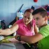 Keilers mor hjælper Keiler med lektierne. Hun er selv i gang med at tage en studentereksamen. Hun fik aldrig en uddannelse, før hun gik ind i FARC. – Foto: Andreas Beck