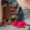 Her er Lucias hylder. Alle hendes ting er samlet her. Tøj, bøger og legetøj. – Foto: Andreas Beck