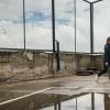 Lucias yndlingsfag er idræt. I dag blev idræt aflyst, fordi det regnede for meget. Så  kunne de ikke  være på den lille sportsplads i skolegården. – Foto: Andreas Beck
