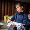 I stedet for idræt skal eleverne tegne. Lucia deler papir ud med mønstre, som skal farves. – Foto: Andreas Beck