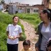 Det bedste Lucia ved, er når hendes mor har fri. De snakker og pjatter på ved hjem fra skole. – Foto: Andreas Beck