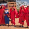 Pigerne er klar til dansen i de fine røde dragter - Foto: Heidi Brehm