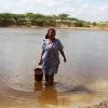 Yuseth har fyldt sin spand med vand, så hun kan vaske sig næste morgen - foto: Heidi Brehm