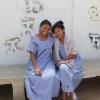 Her sidder Yuseth sammen med sin bedste veninde Daryibel. På væggen bag dem er wayuu-folkets klaner tegnet. Hver klan har et navn og sit eget tegn, der symboliserer klanens dyr. – Foto: Heidi Brehm