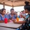 Når timerne slutter, er der frokost. Eleverne spiser i hold i skolens kantine. – Foto: Andreas Beck