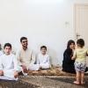 Mohammad, hans fætre og onkel har alle dishdasha på, så de er klar til at gå i moskeen til fredagsbøn. Foto: William Vest-Lillesøe