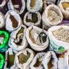 Korn, gryn, bønner og linser er vigtige ingredienser i meget jordansk mad. På markedet står de i store poser. Man fortæller sælgeren, hvor meget man skal bruge. Så vejer han eller hun det af. Foto: William Vest-Lillesøe