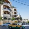 Shahed bor i en lejlighed på to etager i bygningen til venstre. Altanen med alle blomsterne er der, hvor Shahed bor. Familien har også et hus uden for Amman. Der kommer de nogle gange i weekenden. Foto: William Vest-Lillesøe