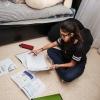 Shahed kan godt lide at sidde på gulvet på sit værelse. Her laver hun lektier, men hun kan også godt lide at sidde sammen med bamsen Max og hører musik, spille PlayStation eller tegne. Foto: William Vest-Lillesøe