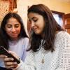 Shahed har besøg af Seema. De er gode veninder. De snakker, snap'er eller chatter tit sammen. Foto: William Vest-Lillesøe