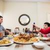 Familien spiser maqloubeh til frokost. Det betyder omvendt, navnet kommer af, at man vender retten på hovedet når den er færdig, så kødet er på toppen og risene i bunden. Maqloubeh er en palæstinensisk ret. - Foto: William Vest-Lillesøe