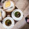 Hos Shahed får de eftermiddagste. De drikker en grøn te med frisk mynte. Til teen får de mandelkage. - Foto: William Vest-Lillesøe