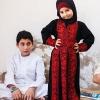 Her er Ammar og Mohammads kusine sammen med deres onkel og fætter. Hun har en flot syrisk broderet kjole på. Foto: William Vest-Lillesøe